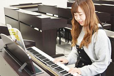 364e7296993c6 4人の先生が教えてくれるし、いっぱい用意してくれる楽譜の中から、自分のレベルに合った楽譜を選べることが嬉しい happy02