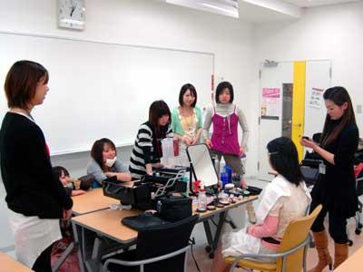 先生によるメイクに、本校の学生たちも興味深々