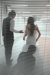 手作りドレスを先生の前で発表